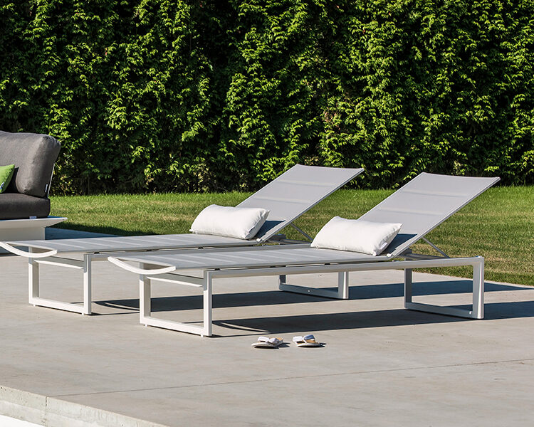 Arbon lounge alu wit mat + 2 Gibara ligbedden alu wit mat met tex T2 light grey